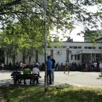Studenti ispred škole